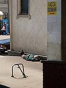 Schlafender Mann an der Rückseite des Kasaner Bahnhofs (Kasanski woksal) welcher einer der neun Bahnhöfe in Moskau ist. Er liegt am Komsomolskaja-Platz, in unmittelbarer Nähe zum Jaroslawler und dem Leningrader Bahnhof, und ist bis heute einer der größten Bahnhöfe der russischen Hauptstadt. <br /> <br /> Sleeping person on the backside of the Kazansky Rail Terminal (Kazansky vokzal) which is one of eight rail terminals in Moscow, situated on the Komsomolskaya Square, across the square from the Leningradsky and Yaroslavsky terminals.