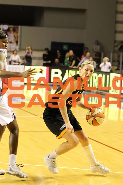 DESCRIZIONE : Taranto Lega A1 Femminile 2009-10 Play Off Finale Gara 3<br /> Cras Basket Taranto Famila Wuber Schio<br /> GIOCATORE : Audrey Gillespie Sauret<br /> SQUADRA : Cras Basket Taranto Famila Wuber Schio<br /> EVENTO : Campionato Lega A1 Femminile 2009-2010<br /> GARA : Cras Basket Taranto Famila Wuber Schio<br /> DATA : 11/05/2010<br /> CATEGORIA : palleggio<br /> SPORT : Pallacanestro<br /> AUTORE : Agenzia Ciamillo-Castoria/ElioCastoria<br /> Galleria : Lega Basket Femminile 2009-2010<br /> Fotonotizia : Taranto Campionato Italiano Femminile Lega A1 2009-2010 Play Off Finale Gara 3 Cras Basket Taranto Famila Wuber Schio<br /> Predefinita :