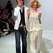 NLD/Amsterdam/20070727 - Modeshow Jan Taminau tijdens de Amsterdam fashionweek 2007, ontwerper Jan Taminau met model op de catwalk