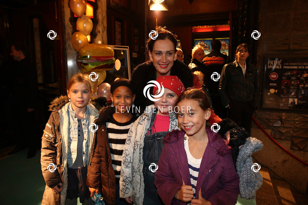 AMSTERDAM - Monic Hendrickx en de kinderen op de rode loper van de filmpremiere Dik Trom zondag in Amsterdam.  FOTO LEVIN DEN BOER - PERSFOTO.NU