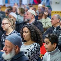 Nederland, Amsterdam, 5 maart 2017.<br /> Op zondag 5 maart om 14.00 uur organiseren het Comit&eacute; 21 maart en het Collectief Tegen Islamofobie en Discriminatie een solidariteitsbijeenkomst in de Grote Moskee van Amsterdam aan de Weesperzijde 76. Iedereen is uitgenodigd om zijn solidariteit met moslims te tonen. In het huidige politieke klimaat is de rechtsstaat onder druk komen te staan en biedt zij volgens meerdere partijen niet aan alle burgers gelijke bescherming. Daarom zullen we samen een geluid laten horen tegen de haatzaaiende verhalen en met zoveel mogelijk verschillende mensen solidariteit tonen met moslims. Dit is hard nodig omdat zij vaak niet alleen doelwit voor extreem-rechts zijn, maar ook voor religieus extremisme. <br /> De islam en moslims worden vandaag de dag over het hele politieke spectrum geproblematiseerd en dat zorgt voor een gevoel van angst en onveiligheid. Op deze dag komen organisaties die zich inzetten voor de rechten van vrouwen en homo's, tegen anti-zwart racisme en islamofobie, vakbonden en migrantenorganisaties samen om deze angst te vervangen door binding en inclusiviteit. Naast het tonen van solidariteit willen de organisaties iedereen oproepen om naar de stembus te gaan en actief deel te nemen aan het publieke debat. <br /> Gespreksleider is: Yassin El Forkani (Jongerenimam)<br />  <br />  <br /> <br /> <br /> Foto: Jean-Pierre Jans