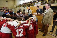"""23 APR 2006, BERLIN/GERMANY:<br /> Franz Muentefering, SPD, Bundesarbeitsminister, waehrend  der Siegerehrung, Kiez-Fussballturnier """"Xhain kickt"""", 3. SPD Fussballturnier fuer E-Jugend mit acht Mannschaften aus Friedrichshain-Kreuzberg, Lobeckhalle, Berlin-Kreuzberg<br /> IMAGE: 20060423-01-031<br /> KEYWORDS: Fußball, Jugendliche, Kinder"""