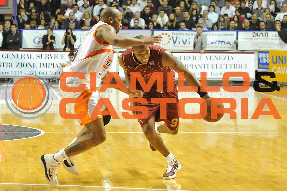 DESCRIZIONE : Venezia Lega Basket A2 2010-11 Umana Reyer Venezia Snaidero Udine<br /> GIOCATORE : Tamar Slay<br /> SQUADRA : Umana Reyer Venezia Snaidero Udine<br /> EVENTO : Campionato Lega A2 2010-2011<br /> GARA : Umana Reyer Venezia Snaidero Udine<br /> DATA : 02/01/2011<br /> CATEGORIA : Palleggio<br /> SPORT : Pallacanestro <br /> AUTORE : Agenzia Ciamillo-Castoria/M.Gregolin<br /> Galleria : Lega Basket A2 2010-2011 <br /> Fotonotizia : Venezia Lega A2 2010-11 Umana Reyer Venezia Snaidero Udine<br /> Predefinita :