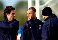 Fotball<br /> Foto: SBI/Digitalsport<br /> NORWAY ONLY<br /> <br /> Trening England 05.10.2004<br /> <br /> United Re-united. Manchester United old boys Gary Neville, Nicky Butt and David Beckham (L to R).