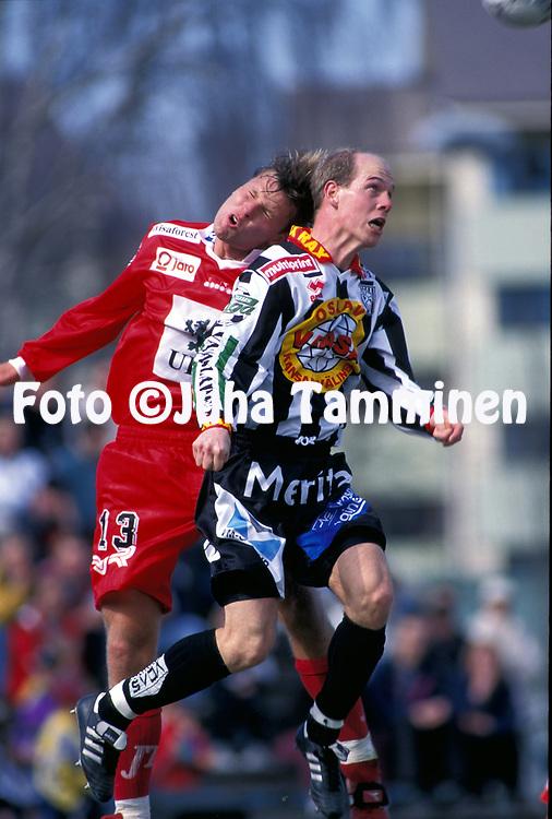 8.5.1997, Hietalahti, Vaasa.<br /> Veikkausliiga 1997.<br /> Vaasan Palloseura - FF Jaro.<br /> Tomas Nyg&aring;rd (FF Jaro) v Jari J&auml;v&auml;j&auml; (VPS).