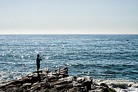 Homem pescando no costão na Praia Central. Barra Velha, Santa Catarina, Brasil. / <br /> Man fishing at Central Beach. Barra Velha, Santa Catarina, Brazil.