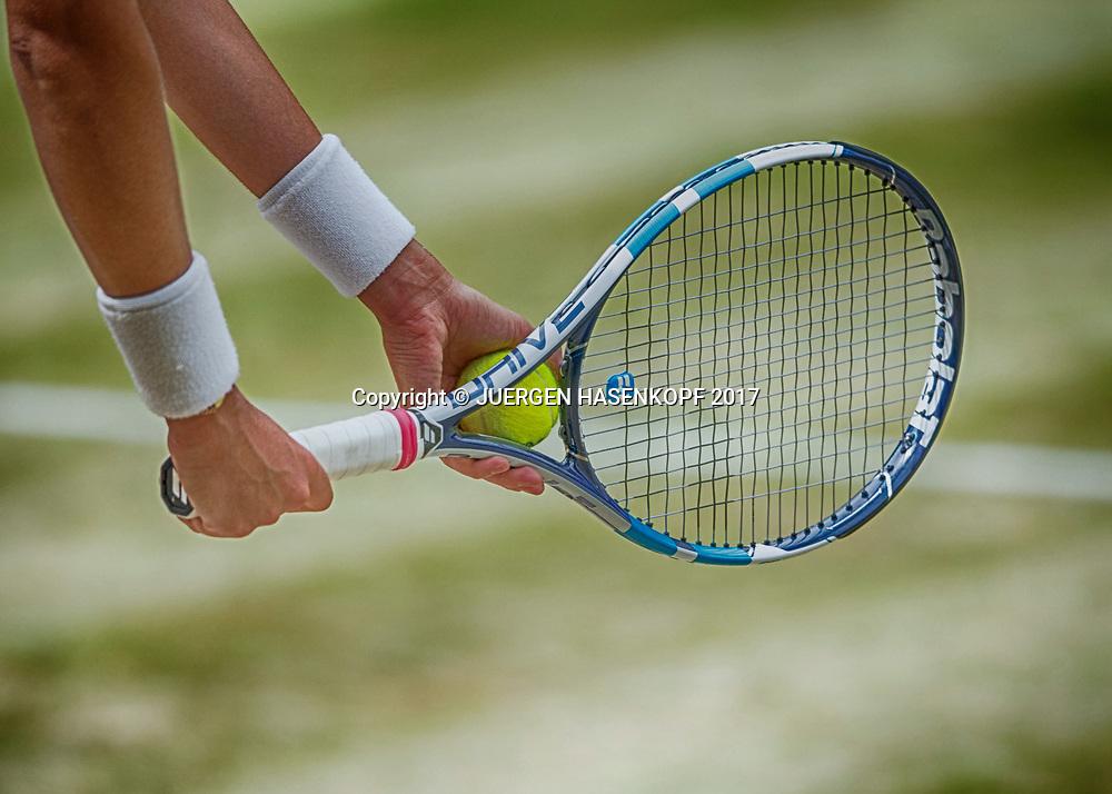 Haende und Schlaeger von GARBI&Ntilde;E MUGURUZA (ESP),Aufschlag,Nahaufnahme,Detail,<br /> <br /> Tennis - Wimbledon 2017 - Grand Slam ITF / ATP / WTA -  AELTC - London -  - Great Britain  - 13 July 2017.