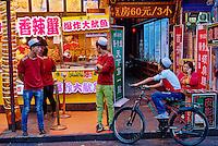 Chine, province du Shaanxi, ville de Xi'an, quartier Musulman Hui, le marché, vendeur de rue de plats cuisinés // China, Shaanxi province, Xian, Hui neighborhood, food market