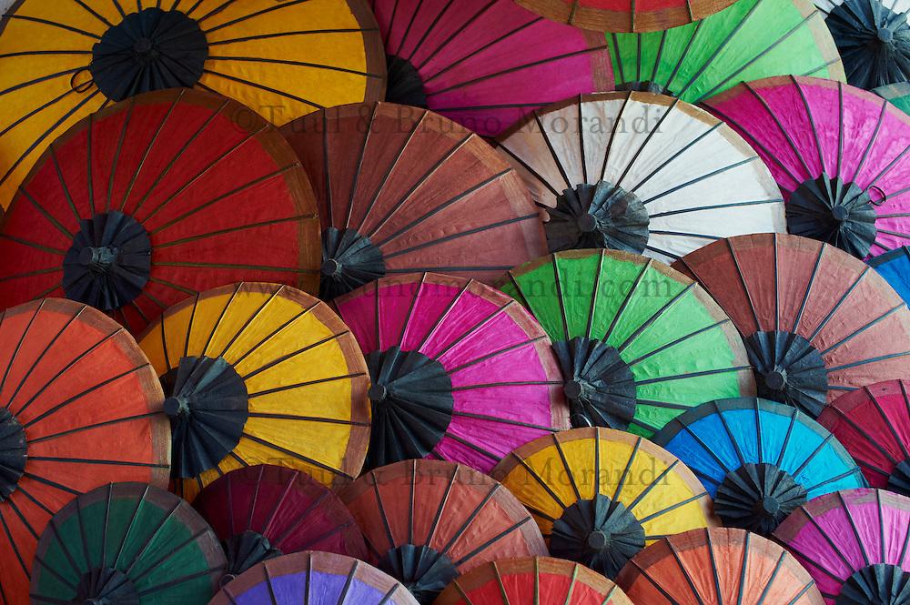 Laos, Province de Luang Prabang, ville de Luang Prabang, Patrimoine mondial de l'UNESCO depuis 1995, marché de nuit, ombrelle artisanale en papier // Laos, Province of Luang Prabang, city of Luang Prabang, World heritage of UNESCO since 1995, night market, umbrella handmade with paper