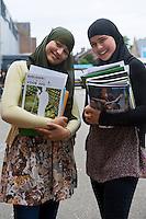 Nederland Rotterdam 22 augustus 2011 20110822 De scholen zijn weer begonnen. 2 leerlingen van middelbare school poseren met studieboeken voor de fotograaf, zij hebben zojuist de studieboeken op school opgehaald.   Foto: David Rozing