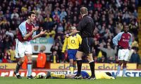 Fotball<br /> Premier League - Aston Villa v Arsenal<br /> 18. januar<br /> Villa Park - England<br /> Foto: Digitalsport<br /> Norway Only<br /> Arsenals Thierry Henry (liggende), Mark Delaney fra Aston Villa (t.v) klager på dommer Mark Halsey.