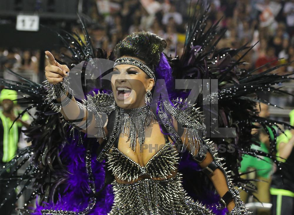 SAO PAULO, SP, 10 FEVEREIRO 2013 - CARNAVAL SP - MOCIDADE ALEGRE  - Integrantes da escola de samba Mocidade Alegre durante desfile no segundo dia do Grupo Especial no Sambódromo do Anhembi na região norte da capital paulista, na madrugada deste domingo, 10. (FOTO: WILLIAM VOLCOV / BRAZIL PHOTO PRESS).