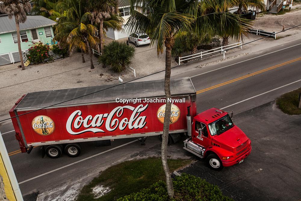20151119 Fort Myers Beach <br /> Florida USA <br /> San Carlos blvd <br /> Coca Cola lastbil<br /> <br /> FOTO : JOACHIM NYWALL KOD 0708840825_1<br /> COPYRIGHT JOACHIM NYWALL<br /> <br /> ***BETALBILD***<br /> Redovisas till <br /> NYWALL MEDIA AB<br /> Strandgatan 30<br /> 461 31 Trollh&auml;ttan<br /> Prislista enl BLF , om inget annat avtalas.