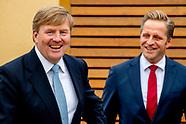 Koning Willem-Alexander en minister Hugo de Jonge van Volksgezondheid, Welzijn en Sport tijdens een