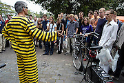 .Nederland, Nijmegen, 18-8-2003..Informatiemarkt op de eerste dag van de introductie voor eerstejaarsstudenten aan de Katholieke universiteit Nijmegen, KUN. 2300 nieuwe inschrijvingen. Een gewezen fietsendief geeft namens de Fietsersbond voorlichting over de kwaliteit van fietssloten. Fietsendiefstal, preventie, kleine criminaliteit...Foto: Flip Franssen