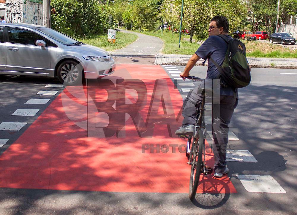 """CURITIBA, PR, 13.02.2014 –  CAPITAL MUNDIAL DA BICICLETA /  CURITIBA  - Começou nesta quinta-feira (13), III Fórum mundial da bicicleta na capital paranaense, debatendo alternativas de mobilidade cicloviários para as grandes cidades com o tema """" A cidade em equilíbrio"""". O fórum acontece até o próximo domingo (16) e busca estimular a integração entre ciclistas e a cidade. Cerca de 80 cidade e 500 inscritos participam das atividades do III fórum mundial. (Foto: Paulo Lisboa / Brazil Photo Press)"""