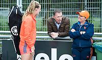 SCHIEDAM -bondscoach Alyson Annan (Ned) met Sanne Koolen (Ned)  en Arno den Hartog (KNHB)     na de oefenwedstrijd tussen  de dames van Nederland en Belgie , in aanloop naar het  EK Hockey, eind augustus in Amstelveen. COPYRIGHT KOEN SUYK