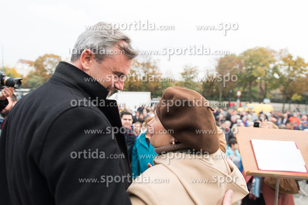 21.10.2016, Wien, AUT, CETA Demo vor dem Parlament. im Bild FPÖ-Präsidentschaftskandidat Norbert Hofer mit Fan // Candidate for Presidential Elections Norbert Hofer (Austrian Freedom Party) during Demonstration against CETA in front of the austrian parliament in Vienna, Austria on 2016/10/21. EXPA Pictures © 2016, PhotoCredit: EXPA/ Michael Gruber