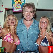 CD uitreiking Ruud Baja Beach Club, Ruud Bernard met 2 meisjes