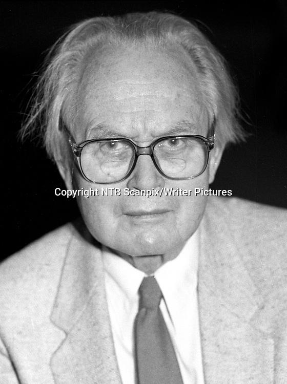 Oslo 19851128. <br /> Piet HEIN - dansk dikter, forfatter, oppfinner og  matematiker, fotografert 28. november 1985 i forbindelse med at hans &quot;S&Acirc;mandsdigte&quot; kommer ut p&Acirc; Den norske Bokklubben. <br /> FOTO: Jens O. Kvale / NTB scanpix<br /> <br /> NTB Scanpix/Writer Pictures<br /> <br /> WORLD RIGHTS, DIRECT SALES ONLY, NO AGENCY