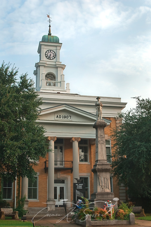 The Hale County Courthouse is located in Greensboro, Alabama. (Photo by Carmen K. Sisson/Cloudybright)