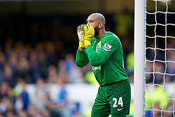 14.09.2013, Goodison Park, Liverpool, ENG, Premier League, FC Everton vs FC Chelsea, 4. Runde, im Bild Everton's goalkeeper Tim Howard, wearing bright yellow gloves, in action against Chelsea during the English Premier League 4th round match between Everton FC and Chelsea FC at the Goodison Park, Liverpool, Great Britain on 2013/09/14. EXPA Pictures © 2013, PhotoCredit: EXPA/ Propagandaphoto/ David Rawcliffe<br /> <br /> ***** ATTENTION - OUT OF ENG, GBR, UK *****
