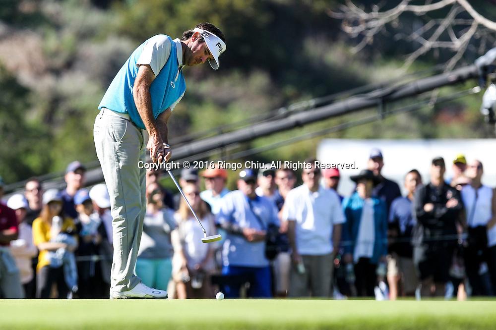 2月21日,巴巴&middot;沃森在比赛中推球。当日,2016年北美信托高尔夫球公开赛决赛在洛杉矶里维拉乡村俱乐部举行,美国选手巴巴&middot;沃森获得冠军。 新华社发(赵汉荣摄)<br /> Bubba Watson looks at his shot on the final round of the PGA Tour Northern Trust Open golf tournament at Riviera Country Club on February 21, 2016, in Los Angeles. (Xinhua/Zhao Hanrong)(Photo by Ringo Chiu/PHOTOFORMULA.com)<br /> <br /> Usage Notes: This content is intended for editorial use only. For other uses, additional clearances may be required.