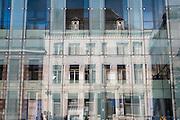 Spiegelung in moderner Glasfassade in der Rue de Nimy, Mons, Hennegau, Wallonie, Belgien, Europa | reflection in modern glass facade in Rue de Nimy, Mons, Hennegau, Wallonie, Belgium, Europe