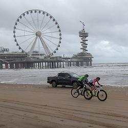 09-12-2018: Wielrennen: EK beachrace: Scheveningen<br />De koplopers in de vrouwenwedstrijd Pauline Rooijakkers en Riejanne Markus
