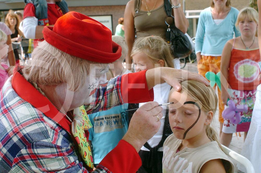 060819,hardenberg,nederland,<br /> clowntjesdag, clown sminkt een kind<br /> fotografiefrankuijlenbroek&copy;2006sanderuijlenbroek