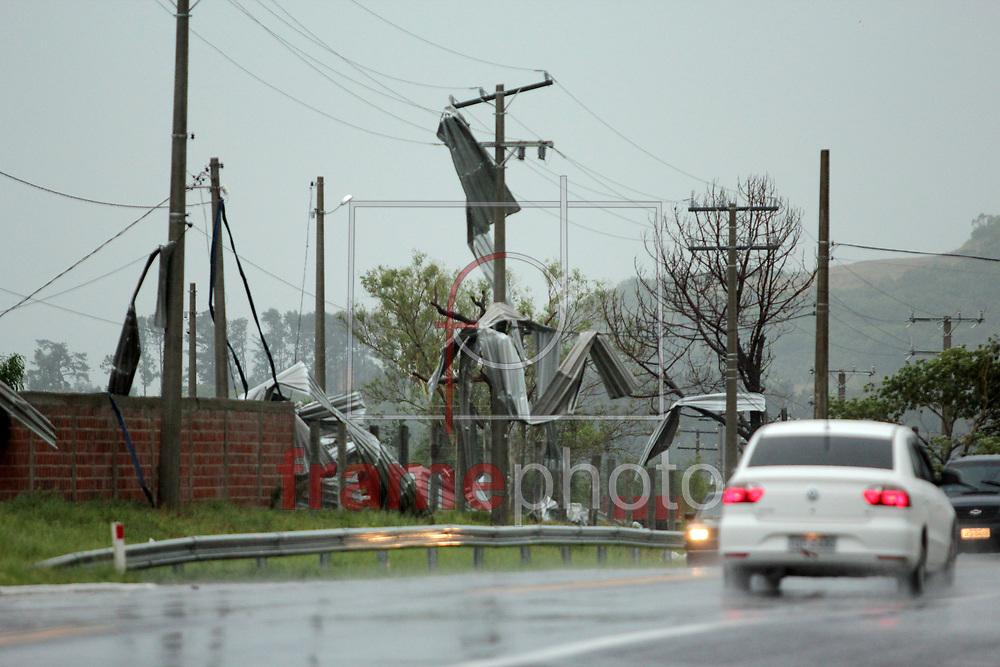 SANTANA DO LIVRAMENTO, RS - 20/12/2014 - A cidade de Santana do Livramento (RS) na fronteira com Rivera (Uruguai) foi atingida por um forte temporal na tarde deste sábado (20/12), causando vários estragos. Foto: Fabian Ribeiro/Raw Image/Frame