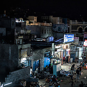 Rues animées dans la nuit du 14 juin 2017 dans le quartier de Shira situé dans le cratère à Aden. Les activités commerciales reprennent peu à peu dans la ville après avoir cessé pour un bon nombre d'entre elles pendant la guerre.
