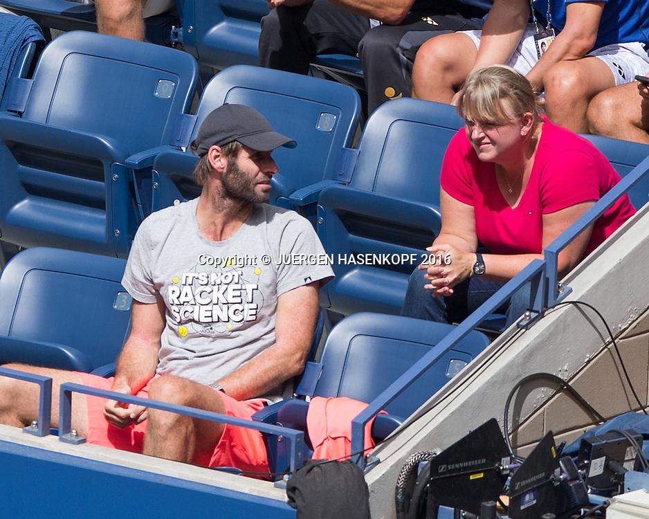 ANGELIQUE KERBER TEAM, Trainer Torben Beltz spricht mit Mutter Beata Kerber in derr Spielerloge,von oben<br /> <br /> Tennis - US Open 2016 - Grand Slam ITF / ATP / WTA -  USTA Billie Jean King National Tennis Center - New York - New York - USA  - 6 September 2016.