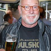 NLD/Laren/20120615 - Onthulling Erik de Zwart bier, Ferry Maat met het Erik de Zwart biertje