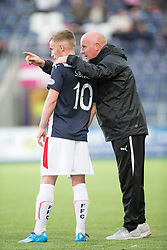 Falkirk's manager Peter Houston talks to Craig Sibbald.<br /> Falkirk beat Cowdenbeath in a penalty shoot-out, second round League Cup tie played at The Falkirk Stadium.