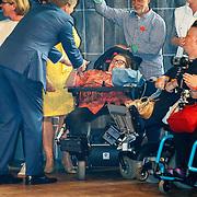 NLD/Groningen/20180427 - Koningsdag Groningen 2018, Willem-Alexander schudt handen