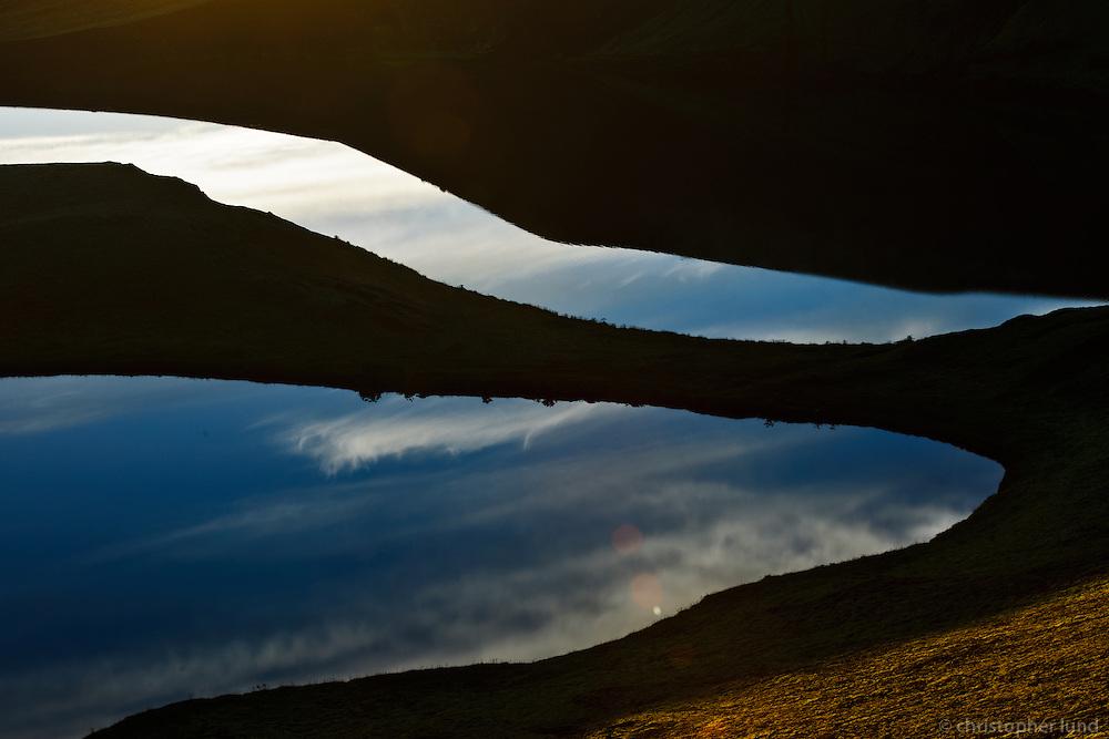 Sólarupprás í Veiðivötnum. Himinn speglast í vatni. Sunrise at Veidivotn, the sky mirrors in lake.