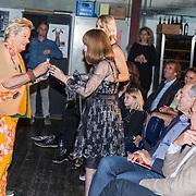 NLD/Amsterdam/20171030 - Boekpresentatie biografie van Liesbeth List, Erica Terpstra geeft Liesbeth List een buddha met zijn armen omhoog