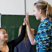 Nederland Rotterdam 23-09-2009 20090923 Foto: David Rozing  Serie over onderwijs. Tegenstelling, een lange autochtone meid en een korte allochtone meid houden als grapje hun handen tegen elkaar om het verschil in de grootte van hun handen te zien.   , tezamen, together, van klein naar groot, verschil, verschillen, verschillen van, verschillend, verschillende, vriendelijk, vriendelijke, vriendelijkheid, vriendin, vriendinnen, warme, warmte geven, Youth                                           .Foto: David Rozing