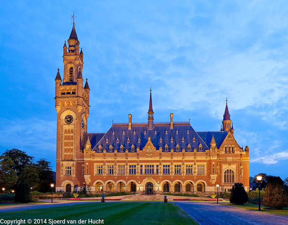 Vredespaleis in de avond, Den Haag 2014 - Peace Palace, The Hague 2014