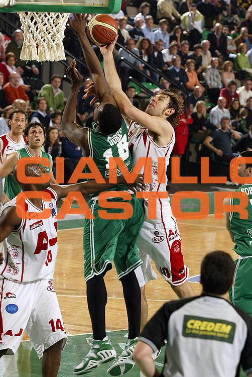 DESCRIZIONE : Treviso Lega A1 2005-06 Benetton Treviso Armani Jeans Olimpia Milano <br /> GIOCATORE : Galanda <br /> SQUADRA : Armani Jeans Olimpia Milano <br /> EVENTO : Campionato Lega A1 2005-2006 <br /> GARA : Benetton Treviso Armani Jeans Olimpia Milano <br /> DATA : 09/04/2006 <br /> CATEGORIA : Tiro <br /> SPORT : Pallacanestro <br /> AUTORE : Agenzia Ciamillo-Castoria/E.Pozzo
