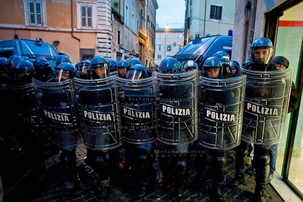 Roma 20 Novembre 2013<br /> No Tav proteste a Roma durante il summit Letta-Hollande. Polizia chiude una via  vicino Campo de Fiori<br /> Rome  20 Novembre 2013<br /> No TAV protests in Rome during the summit Letta-Hollande, in Rome.