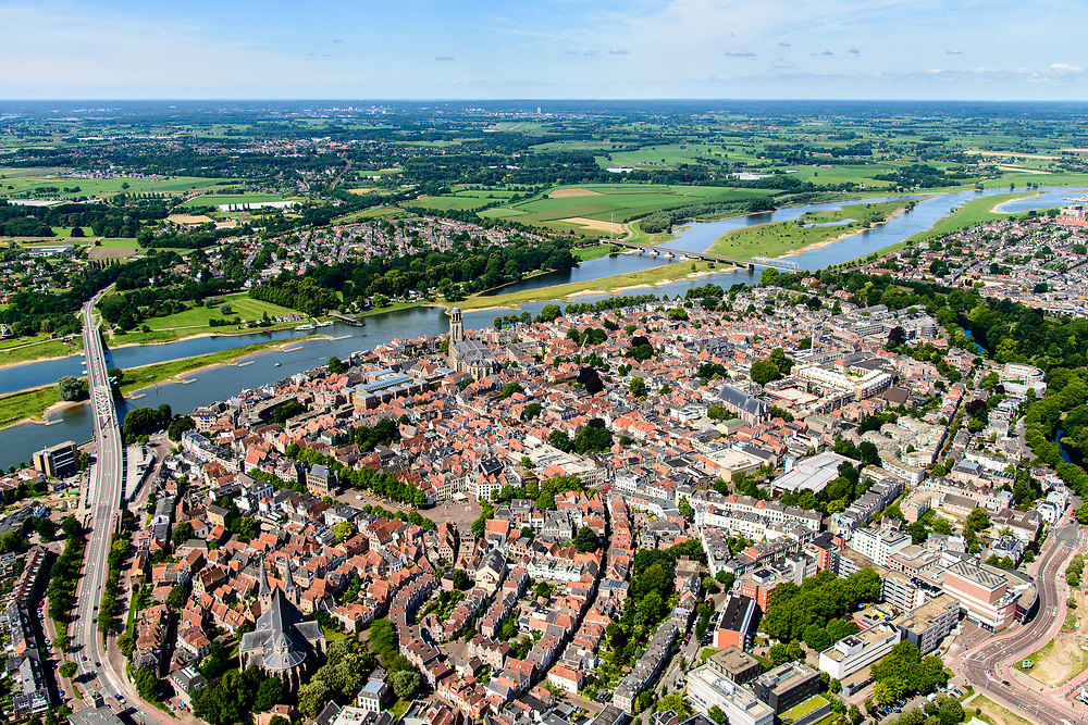 Nederland, Overijssel, Deventer, 17-07-2017; overzicht binnenstad Deventer met o.a. Lebuinuskerk, Brink, Bergkerk, IJsselkade, Welle. De Worp aan de overzijde van de rivier.<br /> Overview downtown Deventer, Deventer city centre.<br /> <br /> luchtfoto (toeslag op standard tarieven);<br /> aerial photo (additional fee required);<br /> copyright foto/photo Siebe Swart