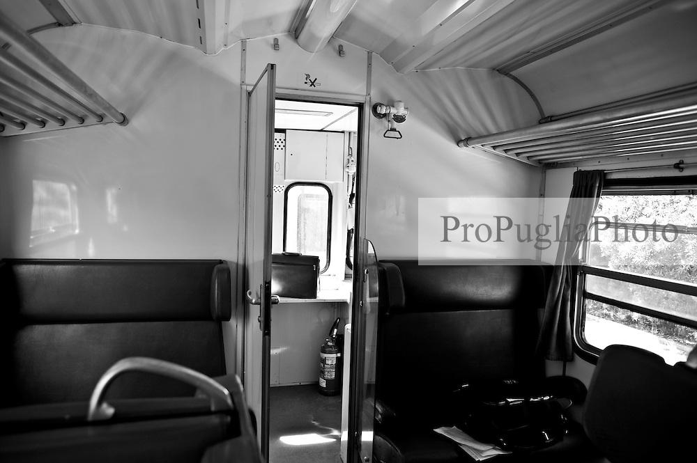 arredamento interno dello scompartimento. Reportage che analizza le situazioni che si incontrano durante un viaggio lungo le linee ferroviarie delle Ferrovie Sud Est nel Salento