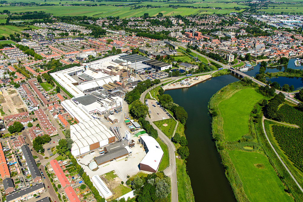 Nederland, Zuid-Holland, Leerdam, 23-08-2016; stadsgezicht met riviertje de Linge en glasfabriek 'Royal Leerdam'  / 'Royal Leerdam Crystal<br /> Cityscape with river Linge, and 'Royal Leerdam' glassworks.<br /> aerial photo (additional fee required);<br /> copyright foto/photo Siebe Swart