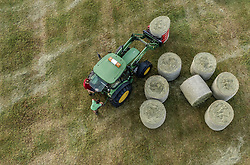 THEMENBILD - ein Landwirt verarbeitet mit seinem Traktor das geschnitte Gras zu Silo Rundballen, aufgenommen am 11. Juni 2019 in Kaprun, Oesterreich // Farmer making with his tractor round bales of silage in Kaprun, Austria on 2019/06/11. EXPA Pictures © 2019, PhotoCredit: EXPA/ JFK