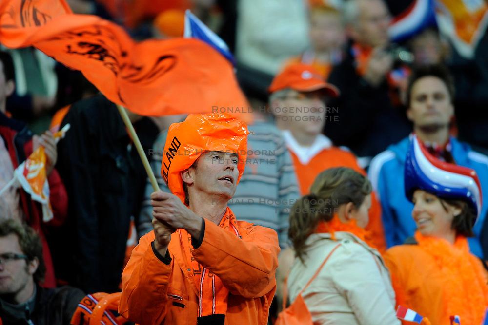 01-06-2010 VOETBAL: NEDERLAND - GHANA: ROTTERDAM<br /> Nederland wint vrij eenvoudig de oefenwedstrijd van Ghana / Oranje publiek support fans<br /> &copy;2010-WWW.FOTOHOOGENDOORN.NL