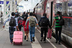 14.09.2015, Hauptbahnhof Salzburg, AUT, Fluechtlinge am Hauptbahnhof Salzburg auf ihrer Reise nach Deutschland, im Bild Flüchtlinge laufen zu einen abfahrenden Zug// Migrants run to a Train wich is departure to Munich. Thousands of refugees fleeing violence and persecution in their own countries continue to make their way toward the EU, Main Train Station, Salzburg, Austria on 2015/09/14. EXPA Pictures © 2015, PhotoCredit: EXPA/ JFK
