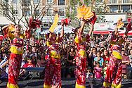 2月15日,美國洛杉磯格倫代爾的頂級時尚與餐飲中心The Americana at Brand舉行慶祝中國農曆新年活動。當天,為迎接羊年的來臨,首先由喜迎新年遊行揭開序幕,由舞龍隊引領遊行隊伍,接著有中韓民俗舞蹈、財神爺、特技功夫表演及踩高蹺等表演。圖為大批觀眾欣賞中國傳統舞蹈表演。(新華社發 趙漢榮攝)<br /> Performers wearing traditional clothes dance onstage during an event to celebrate the upcoming Spring Festival or Chinese New Year at The Americana at Brand in Los Angeles, California, Sunday, Februray 15, 2015. (Xinhua/Zhao Hanrong)(Photo by Ringo Chiu/PHOTOFORMULA.com)