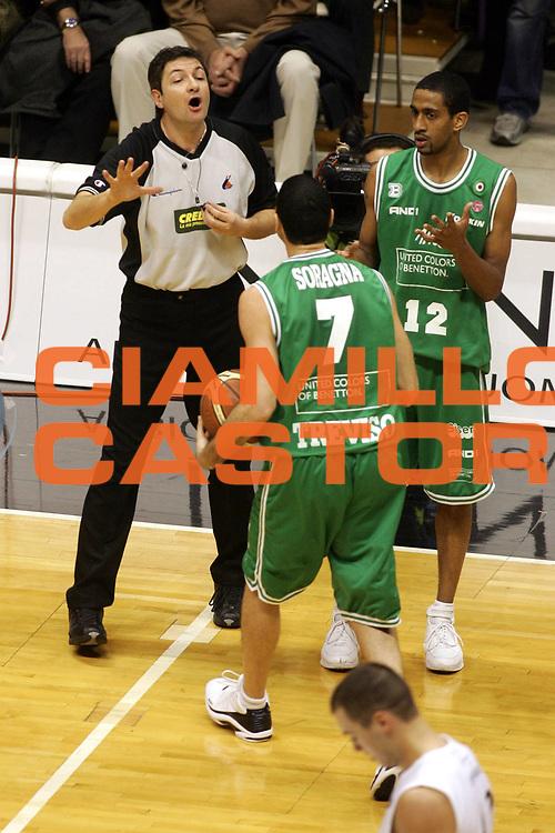 DESCRIZIONE : Bologna Lega A1 2005-06 Caffe Maxim Virtus Bologna Benetton Treviso <br />GIOCATORE : Arbitro Soragna Nicholas<br />SQUADRA :Benetton Treviso <br />EVENTO : Campionato Lega A1 2005-2006 <br />GARA : Caffe Maxim Virtus Bologna Benetton Treviso <br />DATA : 18/12/2005 <br />CATEGORIA : <br />SPORT : Pallacanestro <br />AUTORE : Agenzia Ciamillo-Castoria/G.Ciamillo